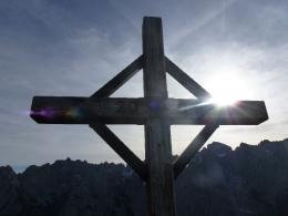 Gipfelkreuz Feldberg, im Hintergrund der Wilde Kaiser