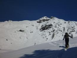 Aufstieg zum Großen Gebra, Gipfelkreuz in Sicht