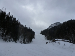 Blick zurück über die unpräparierte Piste, rechts der Gipfel