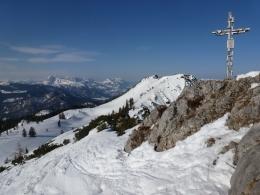 Gipfelkreuz Hörndlwand, dahinter die Gurnwand, im Hintergrund der Wilde und der Zahme Kaiser