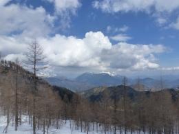 in der Bildmitte der Untersberg, links das Lattengebirge