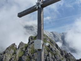Gipfelkreuz Taghaube, im Hintergrund das Hochkönigmassiv
