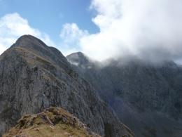 der weitere Weg, der Hochkarfelderkopf noch in Wolken