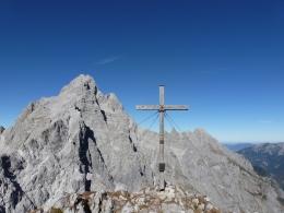 Gipfelkreuz Hirschwiese im Hintergrund die Watzmannfamilie