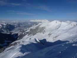 Blick vom Gipfel, in der Bildmitte links Kitzbühel, in der Bildmitte rechts der Große Gebra, im Hintergrund der Wilde Kaiser