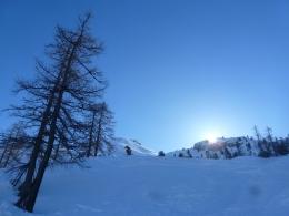 der Sonne entgegen, das Ziel links der Bildmitte