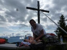Mama beim Gipfel-Erlebnis-Wickeln