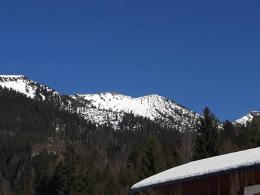 Rückblick vom Parkplatz, Ziel war der schneefreie Gipfel in der Bildmitte